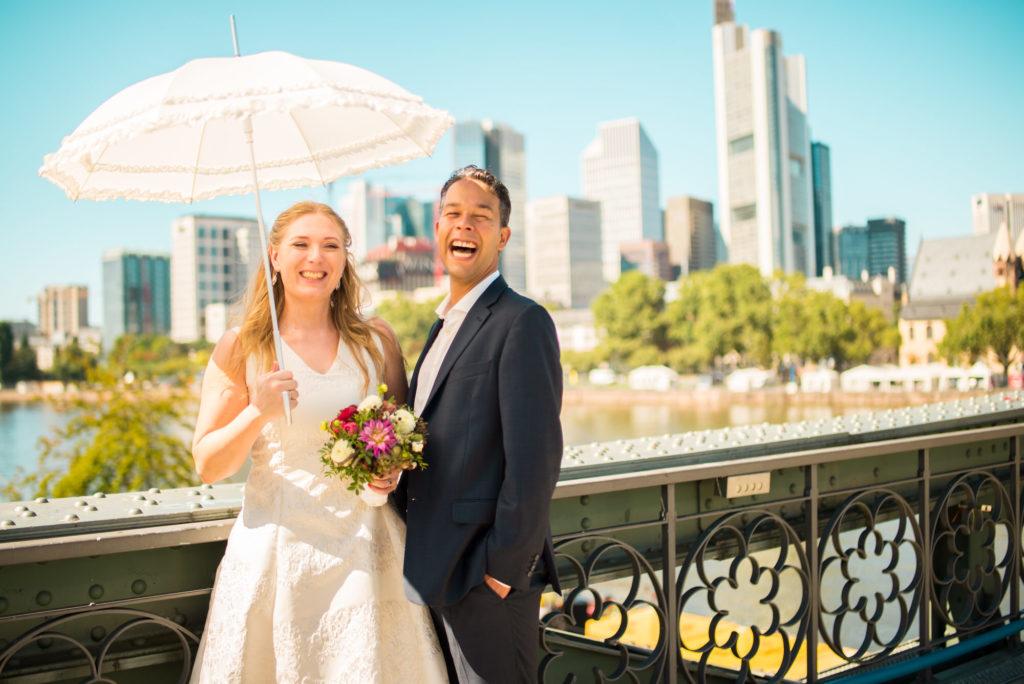 Hochzeitsfotos von Kerstin & Karim in Frankfurt am Main mit Skyline im Hintergrund.